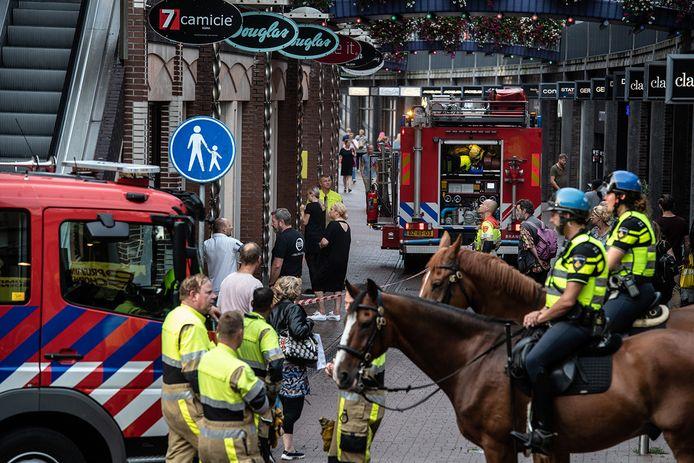 De brandweer en politie in de Marikenstraat in Nijmegen na de brandmelding.