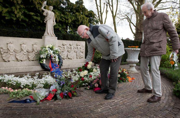 De oorlog is nooit helemaal uit de gedachten van deze mannen. Van de Broek heeft nog levendige herinneringen aan de bezettingstijd en Te Winkel heeft gevangen gezeten in een jappenkamp in Indonesië.