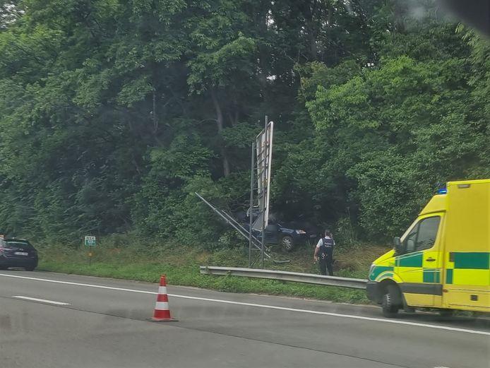 Een wagen belandde na een klapband in de zijberm van de Binnenring in Beersel.