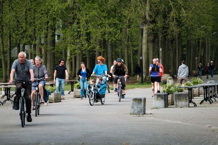 Wandelaars en fietsers in het Antwerpse Rivierenhof.