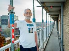 Pedro (73) wil zó graag dat deze Nieuwegeinse flats blijven bestaan dat hij er zelfs een T-shirt van liet drukken