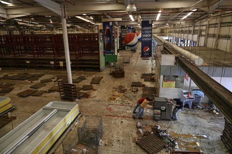 De geplunderde supermarkt van Maracaibo. Beeld AFP