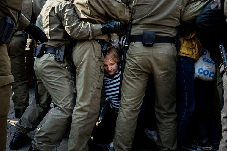 Belarussische politie-agenten worstelen in Minsk in september 2020 met betogers tijdens een protest tegen de verkiezingsuitslag in het land. Beeld AP