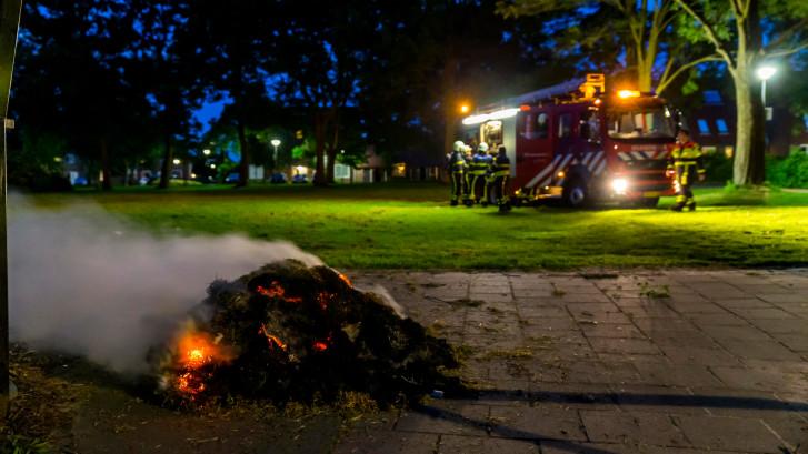 Vandalen steken hoop gedroogd gras in brand in Oosterhout