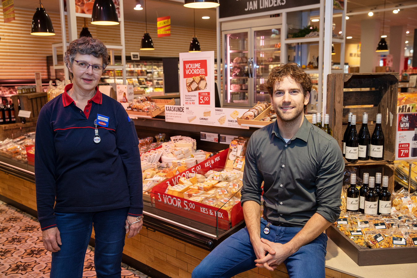 Tim Haentjes en Carien Raaijmakers in de supermarkt.