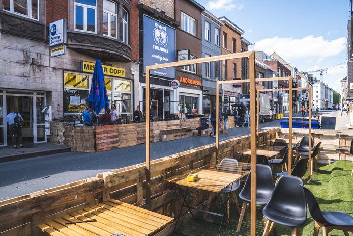In de Overpoortstraat in Gent werden plexiglazen wanden geplaatst op de terrassen.