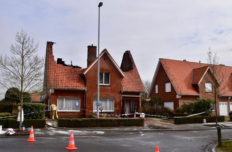 De schade aan de woning is enorm. Het dak stortte zelfs gedeeltelijk in.