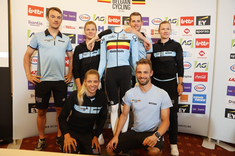 De Belgische zes voor de gemengde tijdrit: (boven v.l.n.r.) Yves Lampaert,  Lotte Kopecky, Ben Hermans en Jolien Dhoore. Vooraan Shari  Bossuyt en Victor Campenaerts. Beeld Photo News