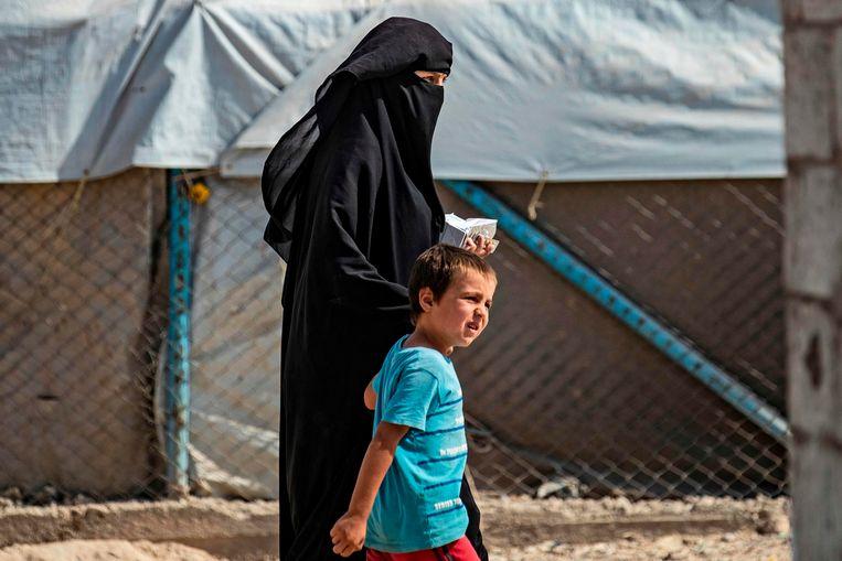 Een vrouw met kind in het al-Hol kamp in Noord-Syrië waar IS-families zijn opgesloten. Beeld AFP