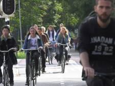 Appverbod werkt: minder klachten over slingerende fietsers met mobieltje