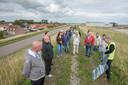 Inwoners van Hansweert kregen vorig jaar juli op de dijk uitleg over de komende versterking.