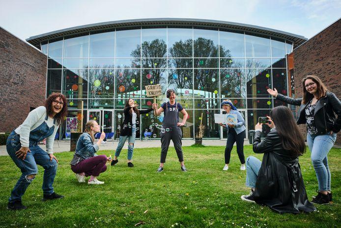 De deelnemers aan (Niet) Alleen op de wereld warmen zich in de tuin van Theater Koningshof op voor de première van zaterdag.