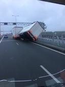 De harde wind laat een vrachtwagen kantelen bij de Ramspolbrug op de N50.