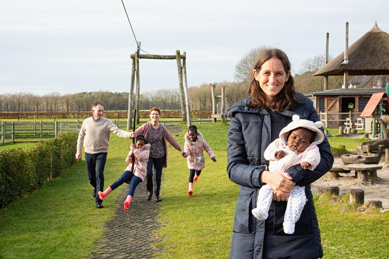 In december kwam  Nicole van Elteren naar Nederland om Teleza (toen drie maanden oud)  te laten onderzoeken in het Leids universitair ziekenhuis. Tussendoor was er tijd voor ontspanning. Zoals hier bij  speelboerderij Scherpenberg in Rucphen. Op de achtergrond haar ouders met haar twee eerder geadopteerde dochterjes Maria en Diana.