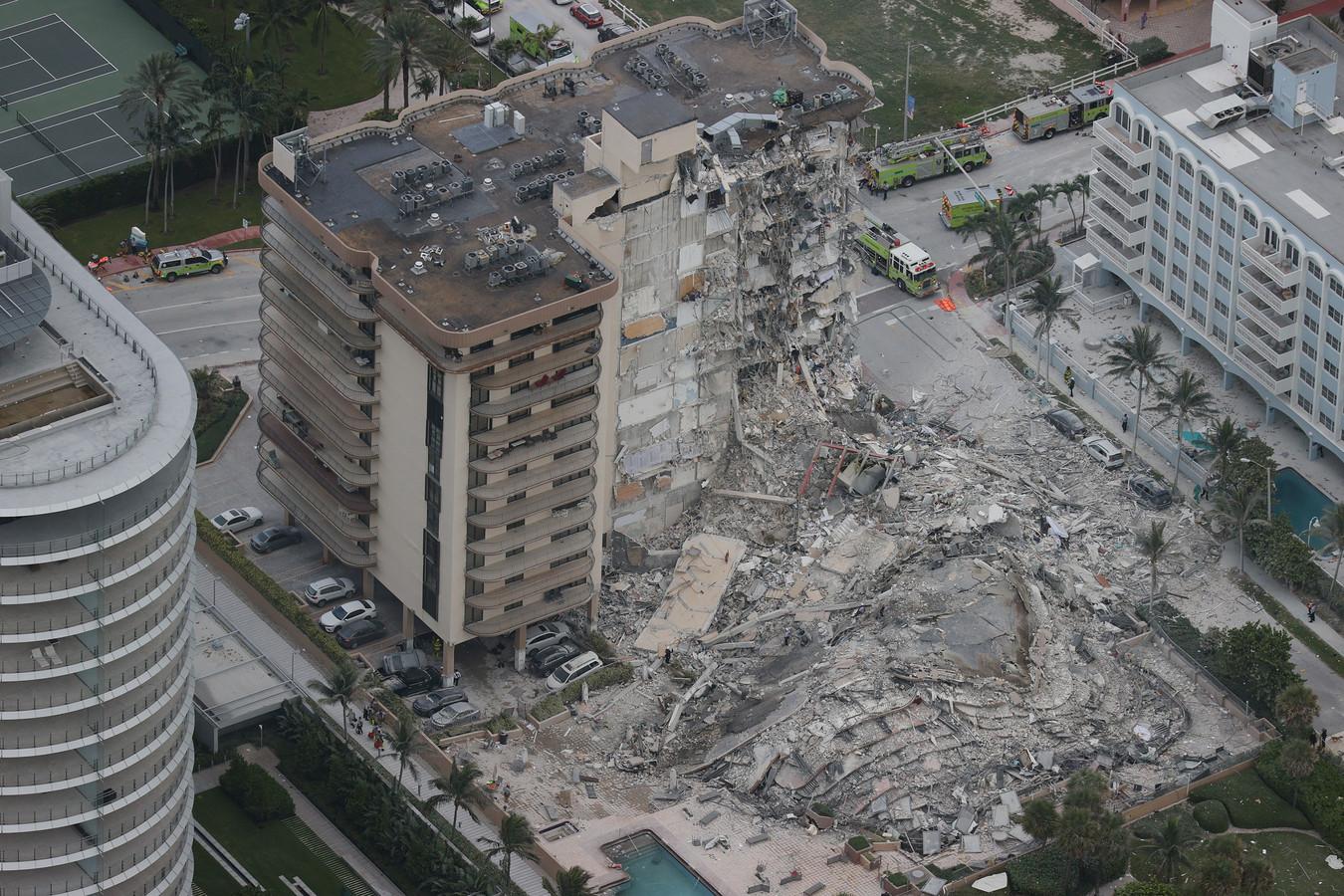 Vanuit de lucht is te zien hoe een complete vleugel van het complex is weggevaagd.