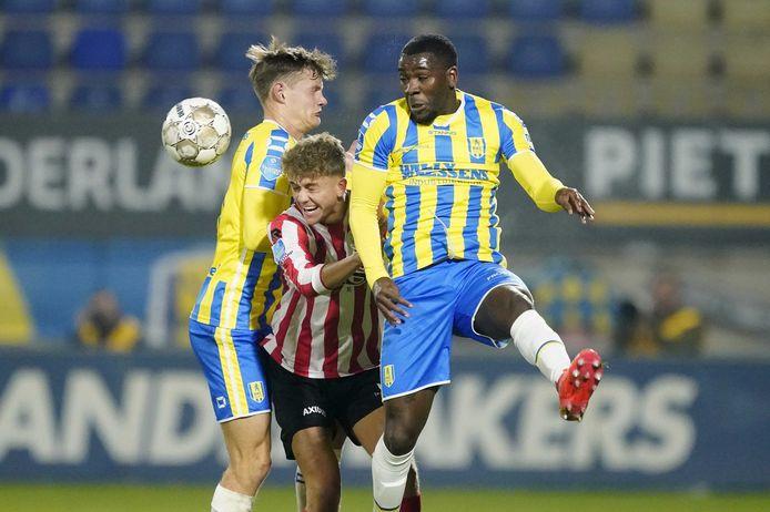 Sparta-speler Sven Mijnans in de verdrukking tussen RKC'ers Luuk Wouters (l) en Ola John tijdens een luchtduel. John stond voor het eerst in de basis in de eredivisie sinds 2 mei 2012 (FC Twente – sc Heerenveen).