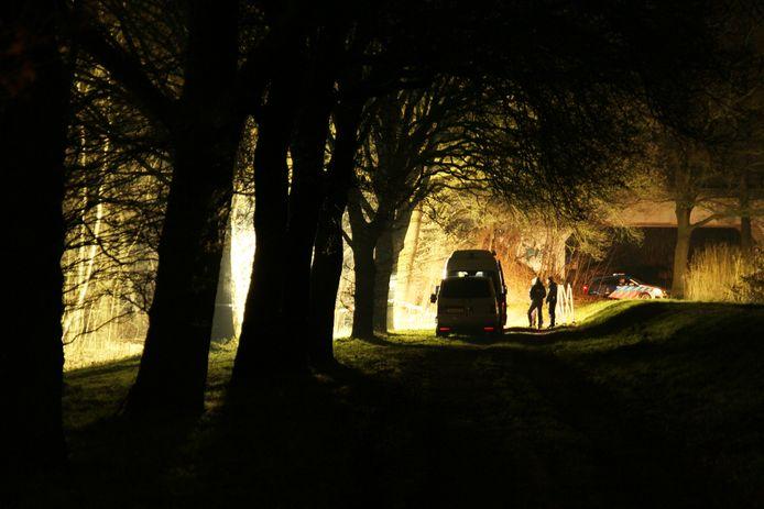 De politie onderzoekt in Almelo de plek waar zondagavond een overleden persoon is aangetroffen.