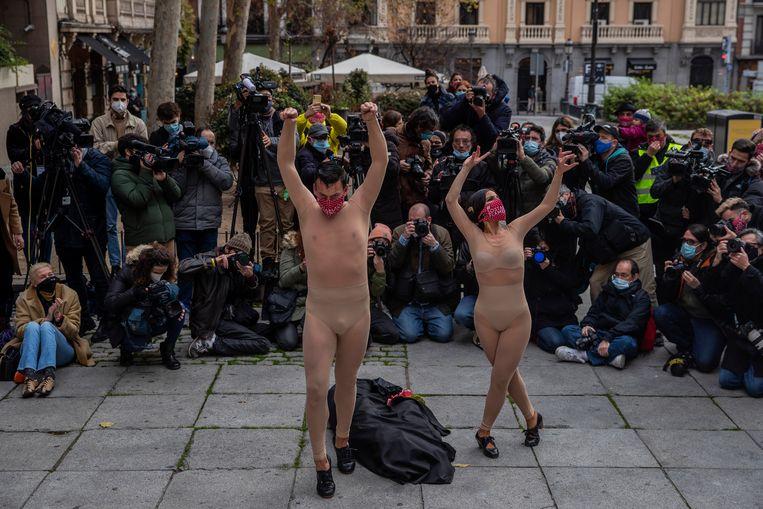 Ze houden natuurlijk gewoon hun huidkleurige kleding aan, maar deze flamencodansers van de Spaanse Tablao Flamenco-vereniging protesteren met deze naaktdans tegen de coronamaatregelen in Madrid, die de kunst hebben 'uitgekleed'.  Beeld AP