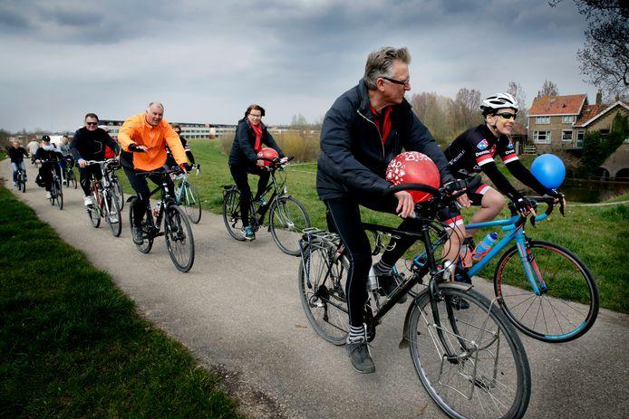 Beeld ter illustratie: Een eerder georganiseerde fietstocht in Dordrecht, maar voor Alzheimerpatienten.