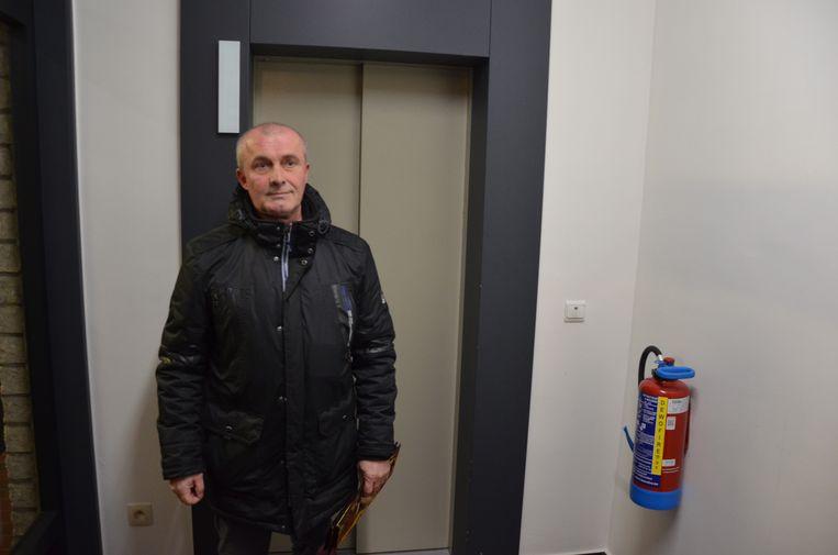 Bewoner Freddy kon pas na anderhalf uur bevrijd worden uit de defecte lift.