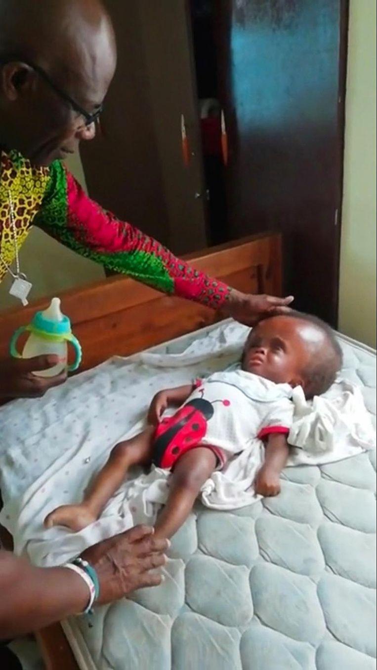 Beeld uit het filmpje van Stephen Oduro in een weeshuis in Ghana, eind 2018, waar hij MMS bereidt en verstrekt aan de kinderen Beeld -