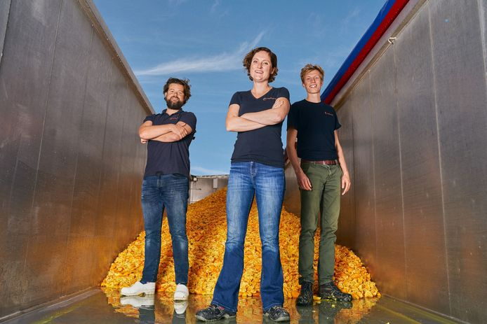 De oprichters van PeelPioneers verwerken sinaasappelschillen tot grondstoffen voor onder meer levensmiddelen. Vlnr.: Bas van Wieringen, Lindy Hensen en Sytze van Stempvoort.