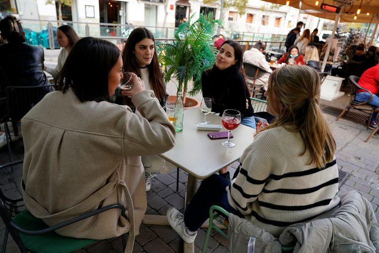 Franse toeristen genieten van een citytripje in Madrid. Beeld REUTERS