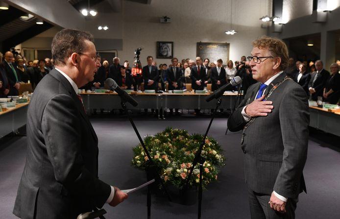 Clemens Cornielje (links) installeert Harry Keereweer als de eerste waarnemend burgemeester van West Betuwe.