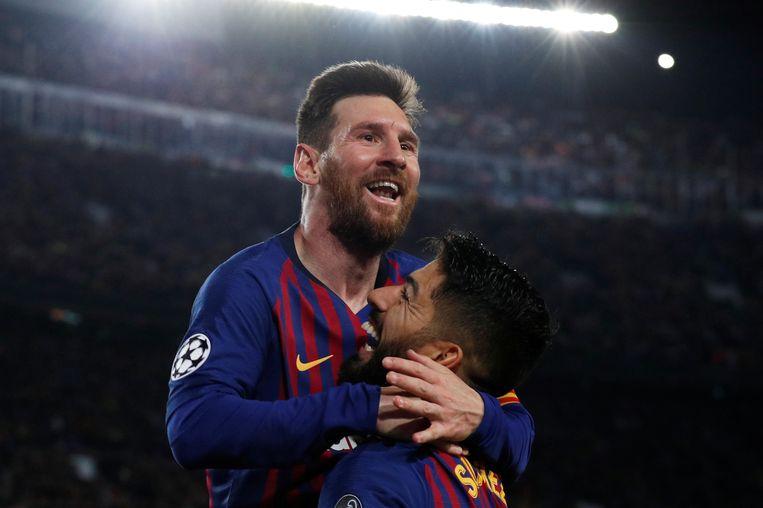 Lionel Messi viert met Luis Suarez.