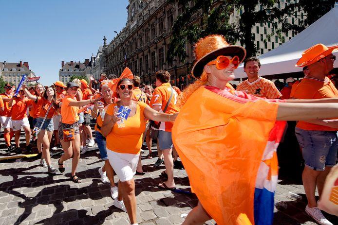 Oranjefans bij de fanzone op Place d'Armes in Valenciennes