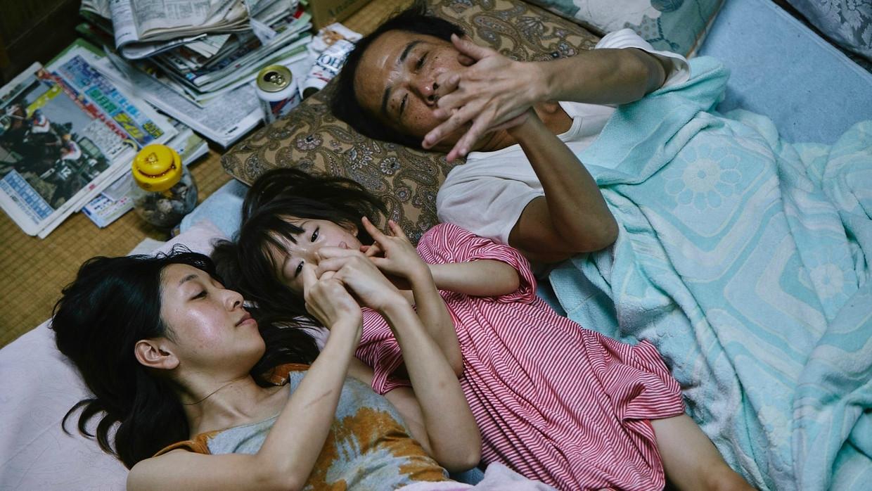 Sakura Andô, Miyu Sasaki en Lily Franky in 'Shoplifters' Beeld TMDB