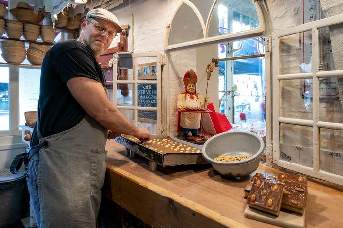 Nederland,  Heusden, bakker Lucas Vermeulen van Bakkertje Deeg aan de slag met allerlei sinterklaas artikelen.