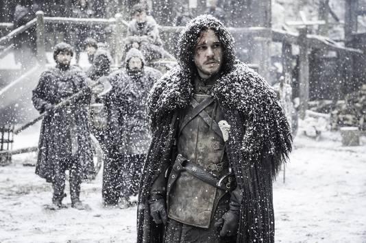 Het personage John Snow in Game of Thrones draagt een winterse cape
