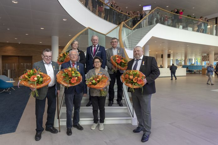De kersvers gedecoreerden met burgemeester Arjen Gerritsen (midden) van links naar rechts Gerrtit Leemhuis, Herman Baake, Marijke Kwant-Douwstra, Irene Burer-van Ossenbruggen, Henk Goosen en Gerard Hammink.
