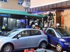 Tientallen kinderen gewond door crash Duitse schoolbus tegen winkel