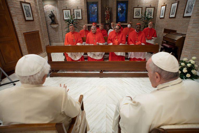 Paus Franciscus (rechts) tijdens de installatie van de dertien nieuwe kardinalen. Links naast hem: emeritus paus Benedictus XVI. Beeld EPA