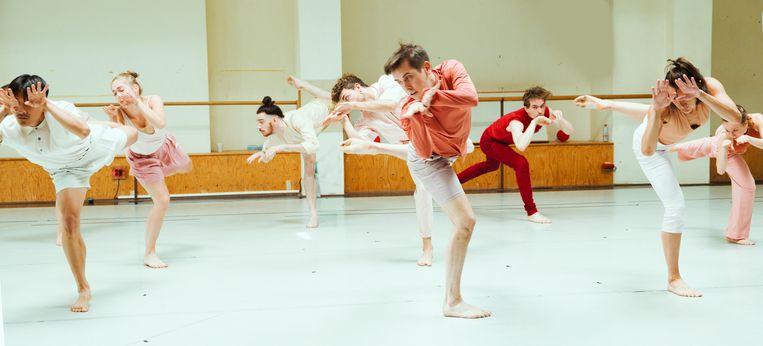 Repetitie van While the leaves are blowing, gechoreografeerd door Ryan Djojokarso en gedanst door Scapino Ballet Rotterdam. Beeld Nienke Elenbaas