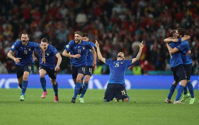 De Italiaanse spelers vieren na winst in de strafschoppenreeks tegen Spanje.