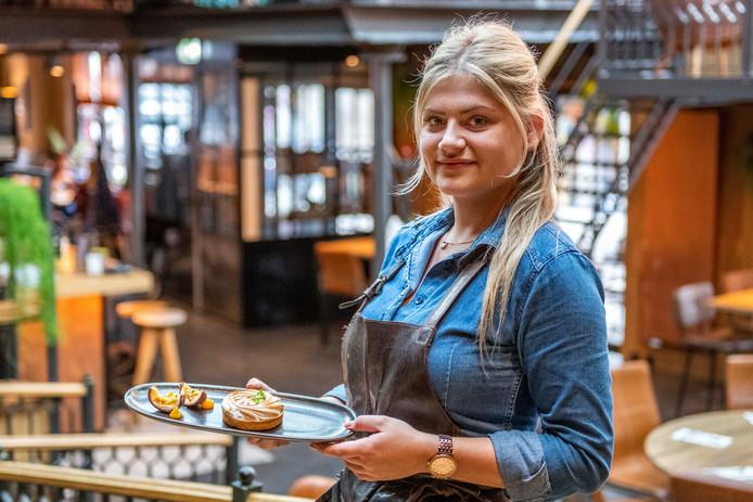 Gastvrouw Lana de Waal serveert het nagerecht, een taartje van zanddeeg met citroenmeringue.