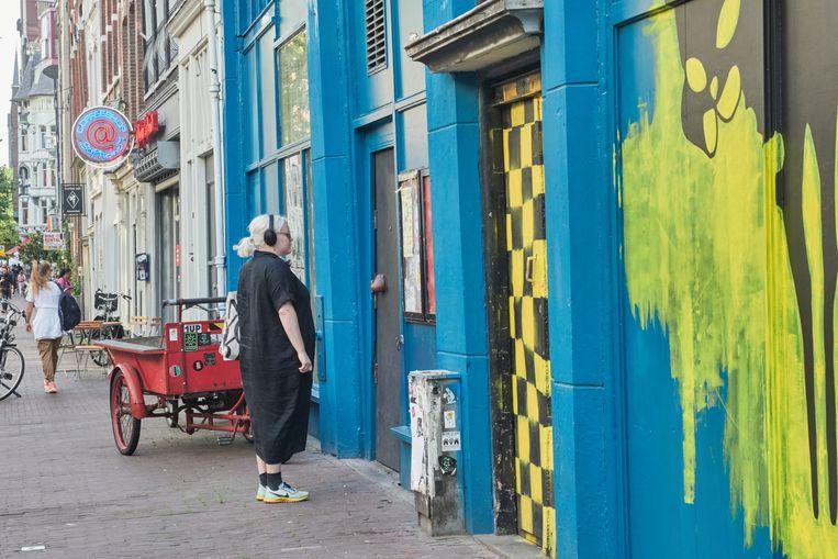 De blauw-gele gevel van Vrankrijk, dat in 1982 werd gekraakt om het te redden van de sloop en nu wordt gebruikt als woon-werkpand. Beeld Jasmine de Vries