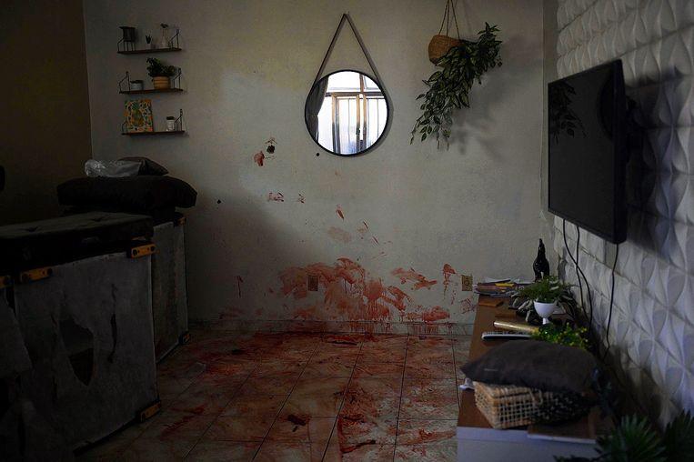 Bloedsporen in een huis waar de politie tijdens de operatie een van de verdachten zou hebben doodgeschoten. Beeld AFP