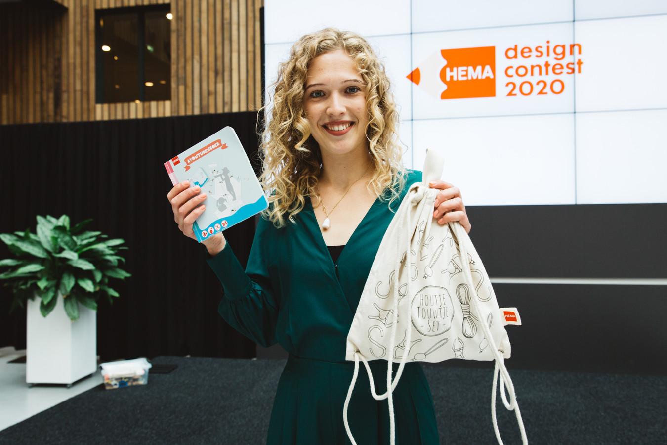Winnares Claudia Bleeker met haar rugtas vol constructie-elementen en bijbehorend avonturenboekje.