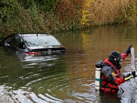 Man wordt onwel en belandt met auto in het water