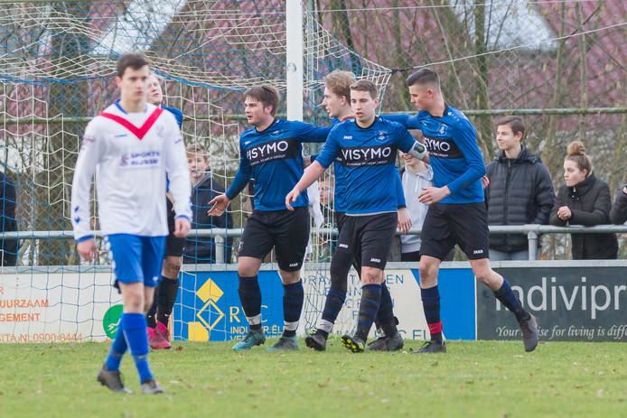 Vreugde bij SV Rijssen. De fusieclub won bij plaatsgenoot SC Rijssen.   SV Rijssen viert de overwinning