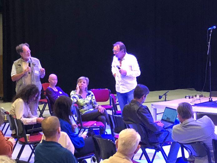 Het debat in theater Stefanus met presentator Cees Grimbergen