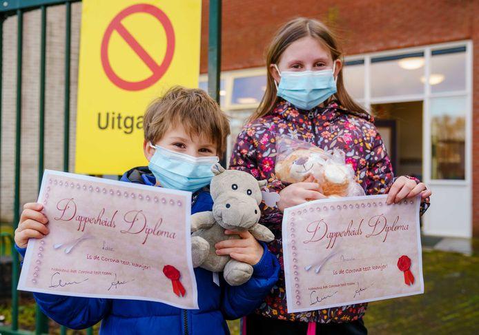 Kinderen die zich verleden week al lieten testen kregen een Dapperheids Diploma en een knuffel.