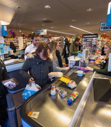 Deur op kier voor open supermarkt op zondag in Kampen