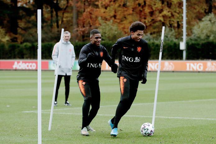 Myron Boadu (l) en Calvin Stengs tijdens de training van Oranje.