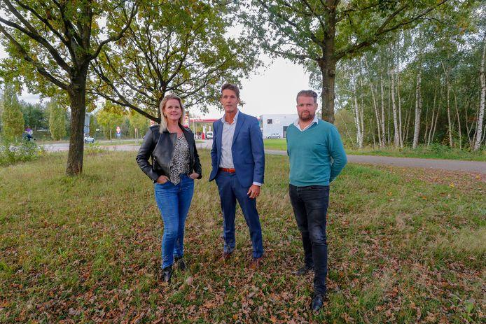 Eveline Manders, Frank Verhulst (Allego) en Frank Manders op de plek aan de Collse Hoefdijk in Nuenen waar zij een laadstation voor e-trucks willen vestigen