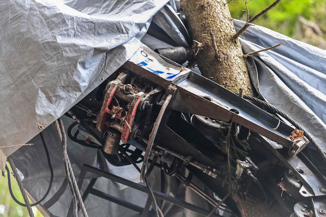 De zogenoemde 'vork' (in het rood) op de noodrem van het wrak van de cabine na de crash op de helling van de Mottarone.